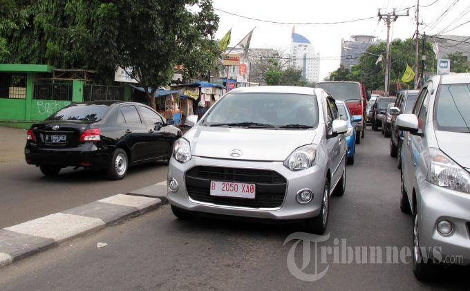 Mobil murah atau Low Cost Green Car (LCGC), Daihatsu Ayla, melintas di Jalan Ciputat Raya, Pondok Pinang, Jakarta Selatan, Jumat (27/9/2013).
