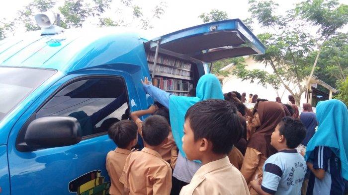 Sasar Kawasan Pesisir, Mobil Perpustakaan Keliling Dispusip Kalsel 'Diserbu' Anak-anak
