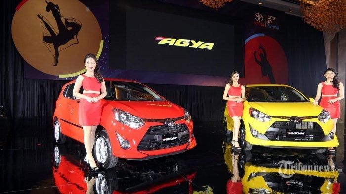 Model berfoto pada peluncuran Toyota New Agya, di Jakarta, Jumat (7/4/2017). Kendaraan segmen