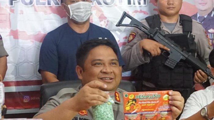 BREAKING NEWS - Berbisnis Ribuan Obat dan Jamu Terlarang, El Parmono Diamankan di Barak Hj Lina
