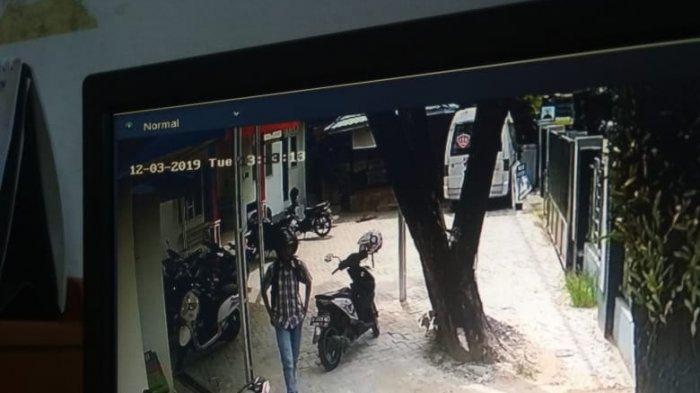 Lelaki Berkemeja Kotak-kotak Diduga Pelakunya, Motor Aerox Lenyap di Parkiran Puskesmas Pekauman