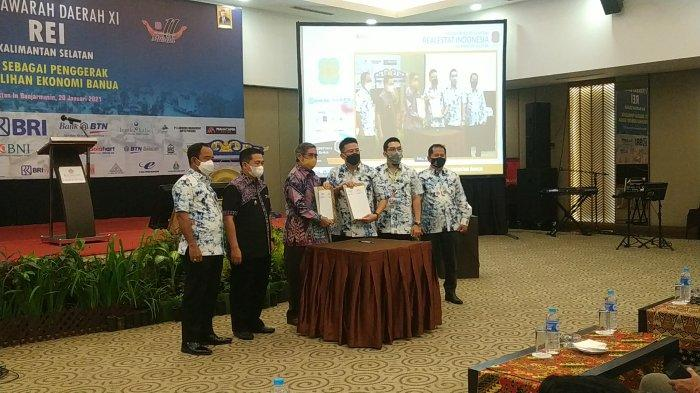 MOU antara Ketua Dewan Masjid Kalsel, HG (P) Rusdi Effendi AR dan Ketua DPD REI Kalsel, HM Ahyat Sarbini di awal acara Musda XI DPD REI Kalsel 2021 di Rattan Inn Banjarmasin, Rabu (20/1/2021)