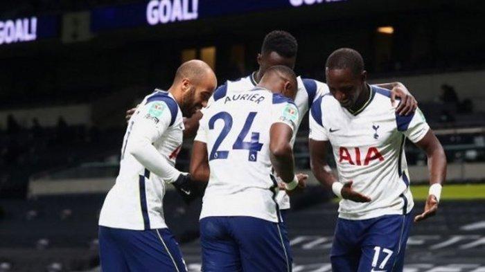 Moussa Sissoko (kanan) merayakan golnya bersama rekan satu timnya pada laga semifinal Piala Liga Inggris yang mempertemukan Tottenham vs Brentford di Tottenham Hotspur Stadium, Rabu (6/1/2021) dini hari WIB.