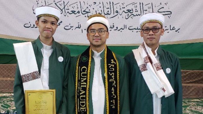 Muhammad Maulana Kamal B.Sc.berhasil meraih predikat Cumlaude  nomer 1 di Fakultas Syariah & Hukum Universitas Al-Ahgaff