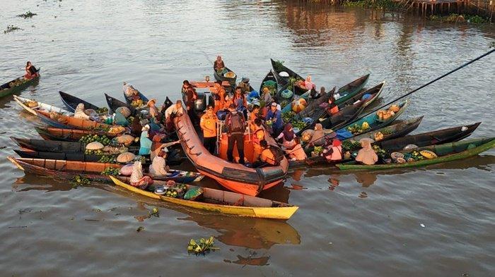 Tim Basarnas Kunjungi Pasar Terapung Lokbaintan, Lakukan Sosialisasi SAR di Air kepada Pedagang