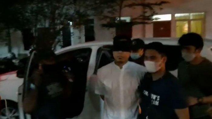 Mata DitutupKain Hitam dan Tangan Diborgol, Munarman Diamankan di Polda Metro Jaya
