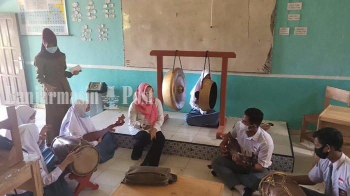 KalselPedia - Latihan Memainkan Musik Panting di SMAN 2 Paringin Kabupaten Balangan