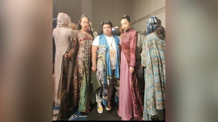 Usung Sasirangan di Fashion Internasional, Desainer Kalsel Ini Kolaborasi dengan Perancang Nasional
