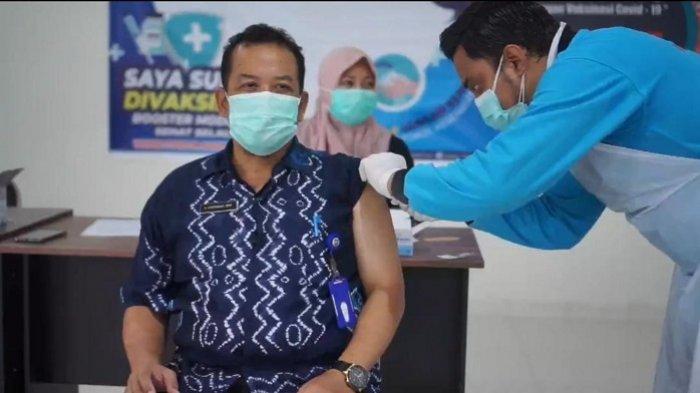 VAKSINASI - Kalangan nakes di Tala menjalani vaksinasi tahap tiga bertempat di RSUD Hadji Boejasin, Jumat (13/8/2021). Vaksinasi ketiga jenis Moderna ini difokuskan bagi nakes.