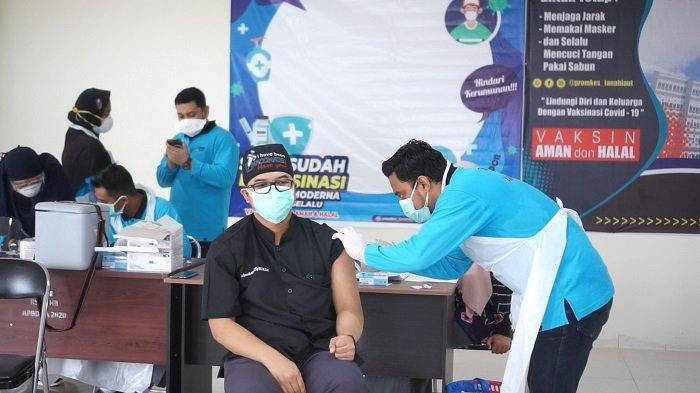 VAKSINASI - Kalangan nakes di Tala menjalani vaksinasi tahap tiga bertempat di RSUD Hadji Boejasin, Jumat (13/8). Vaksinasi ketiga jenis Moderna ini difokuskan bagi nakes.