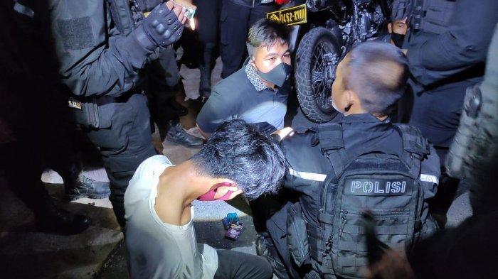Narkoba Kalteng,  Petugas saat mengamankan tiga orang pemancing yang kedapatan minum miras dan membawa sabu