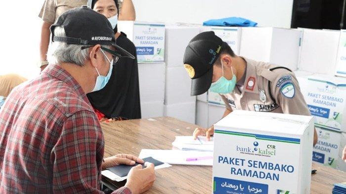 Nasabah pensiunan saat akan menerima paket dalam program Program Mozaik Ramadan dari Bank Kalsel.