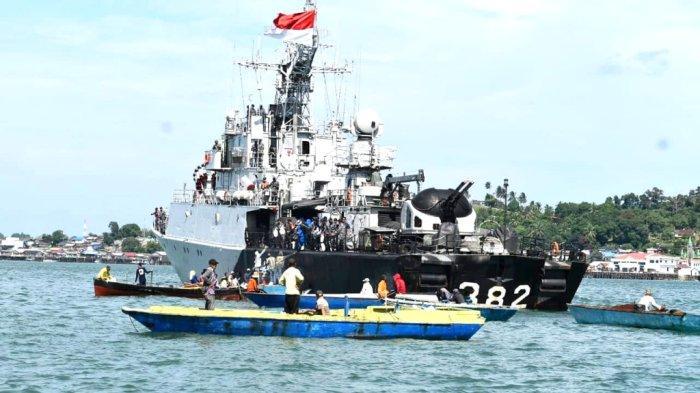 Diserbu Nelayan Kotabaru, KRI Hasan Basri-382 Bagikan Paket Sembako