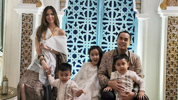 Penampilan Mencolok Nia Ramadhani Berlebaran Bersama Keluarga Ardi Bakrie Jadi Sorotan