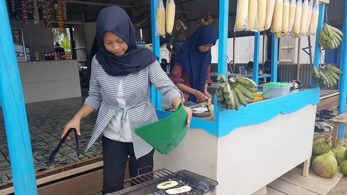 Siring Pantai Pagatan Dipenuhi Pemudik, Sebagian Cicipi Kuliner Pisang dan Jagung Bakar