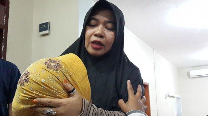 Ningsih Tinampi saat mengobati pasiennya di rumahnya di Pandaan, Kabupaten Pasuruan, Selasa (17/9/2019).