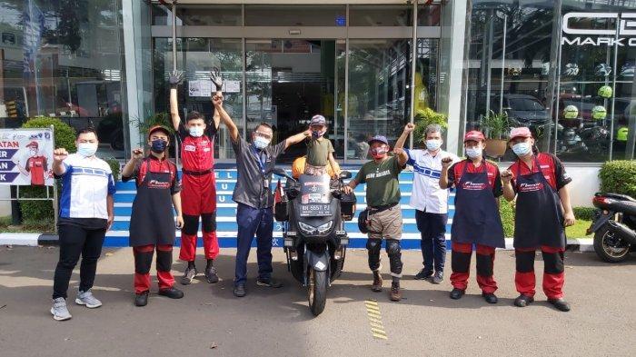 Lilik Gunawan dan putranya singgah terlebih dahulu di Jakarta dan mengunjungi Yamaha Flagship Shop, Cempaka Putih pada Kamis (12/11/2020) untuk melakukan pengecekan terhadap All New NMAX 155 Connected/ABS.