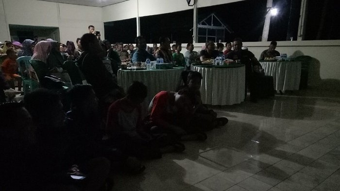Bupati HST Ikut Nonton Bareng Film G30S/PKI, Anak-anak Duduk Lesehan di Barisan Depan
