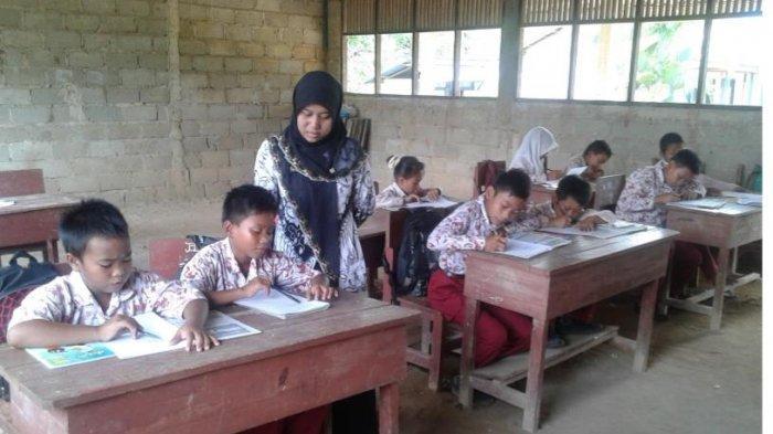 Pengabdian Guru SD di Desa Terpencil Tanahlaut, Setiap Saat Semangati Murid ke Sekolah