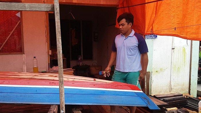 Sawah Terendam Banjir Kalsel, Pemuda Desa Lok Baintan Ini Kini Bikin Perahu untuk Buat Biaya Hidup