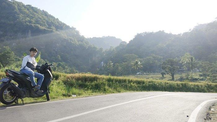 Latar perbukitan penuh pepohonan hijau, dengan kabut tipis, jadi objek peserta kompetisi video dan foto Maxi Yamaha Journey ini.