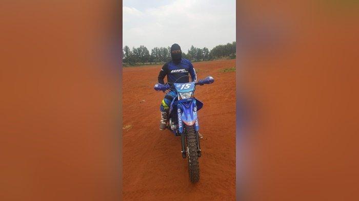 Olahraga, tambah teman, dilakukan Andy Sufyan dengan mengendarai Yamaha WR 155 R-nya.
