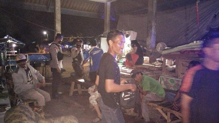 Sisir Pasar Keramat Barabai, Satuan Sabhara Polres HST Sita Puluhan Botol Alkohol dan Sajam