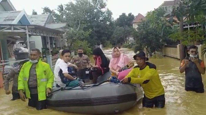 Sabhara Polres HSS Lakukan Operasi Penyelamatan Warga yang Terkepung Banjir