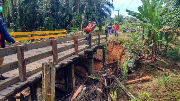 Oprit Jembatan Terputus Longsor Hubungkan Desa Halong-Hayup di Kecamatan Haruai Kabupaten Tabalong