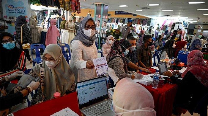 Orang-orang mengantre untuk menerima dosis vaksin virus corona Covid-19 Sinovac di sebuah pusat perbelanjaan di Banda Aceh pada 17 Juli 2021.