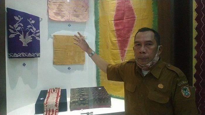 Ada Koleksi Mushaf Alquran Tulisan Tangan Ulama Banjar Syekh Muhammad Arsyad Albanjari - pamong-budaya-museum-lambung-mangkurat-h-rusmiadi-menujukkan-koleksi-kain-adat-banjar.jpg