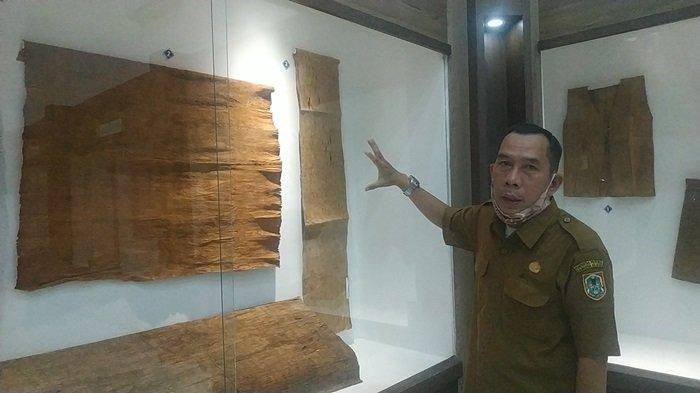 Ada Koleksi Mushaf Alquran Tulisan Tangan Ulama Banjar Syekh Muhammad Arsyad Albanjari - pamong-budaya-museum-lambung-mangkurat-h-rusmiadi-menujukkan-koleksi-pakaian-dari-kulit-kayu.jpg