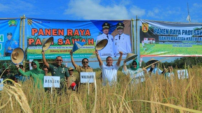Panen Raya Padi Sawah Kelompok Tani Karya Bersama Di Sungai Ulin, Ini Pesan Wali Kota