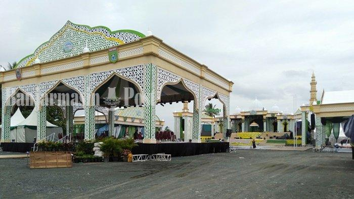 Panggung MTQN XXXIII Tingkat Provinsi Kalimantan Selatan di halaman Masjid Agung Al-Falah, Jalan Kodeco, Desa Gunung Antasari, Kecamatan Simpangempat, Kabupaten Tanah Bumbu (Tanbu), Kamis (1/4/2021).
