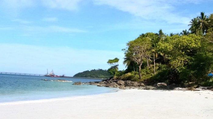 Pesona Pantai Teluk Tamiang Kotabaru,Garis Pantai Hamparan Pasir Putih Sepanjang Satu Kilometer
