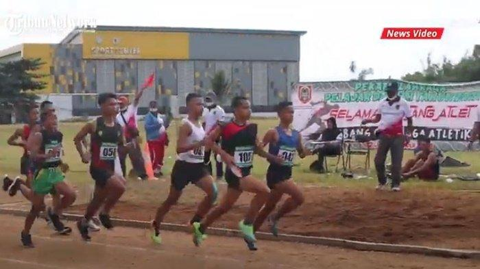 Para pelari saat berlomba di event Pekan Olahraga Daerah Provinsi Kalimantan Selatan (Popda Kalsel 2021) di lapangan atletik JPOK Universitas Lambung Mangkurat (ULM), Kota Banjarbaru, Juli 2021.