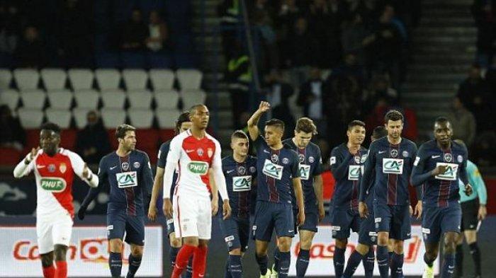 Para pemain Paris Saint Germain (biru) merayakan gol ke gawang AS Monaco