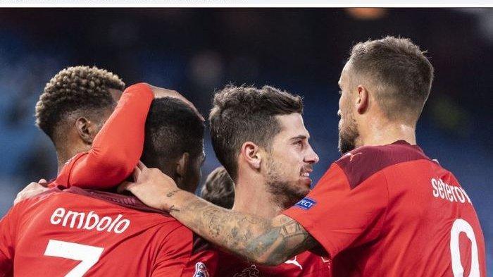 Para pemain timnas Swiss merayakan gol yang dicetak Remo Freuler (tengah) dalam laga Liga A Grup 4 UEFA Nations League kontra timnas Spanyol di St. Jakob-Park, Sabtu (14/11/2020).