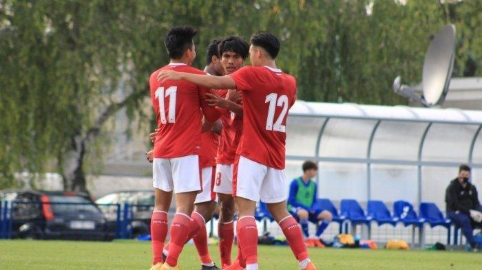 Para pemain Timnas U-19 Indonesia merayakan bersama-sama setelah mencetak gol ke gawang Dinamo Zagreb di Komplek Stadion Maksimir (Dinamo Zagreb Academy), Zagreb, Senin (28/9/2020).
