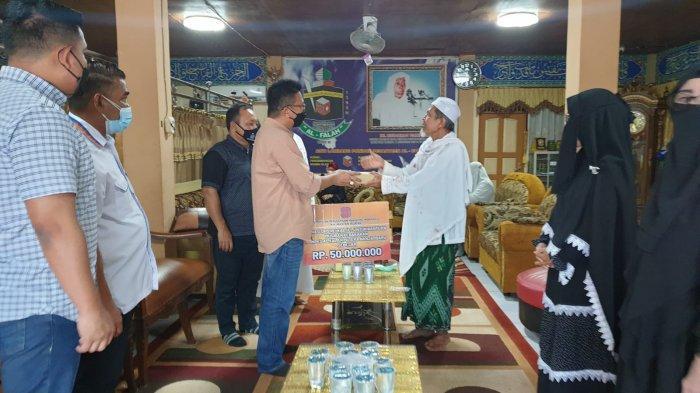 REI Kalsel Serahkan Bantuan Kebakaran Ponpes Al Falah Banjarbaru Rp 50 juta