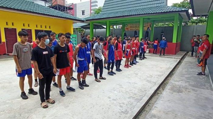 Giat Berlatih Hadapi Popda Kalsel 2021, Petinju Muda Banjarmasin Fokus Dilatih Taktik Serang