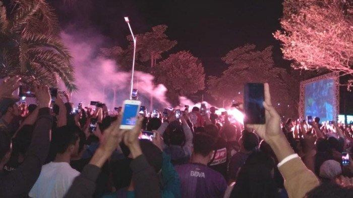 Juara Liga 2, Kemenangan Persik Kediri Disambut Pesta Kembang Api dan Flare di Balaikota Kediri