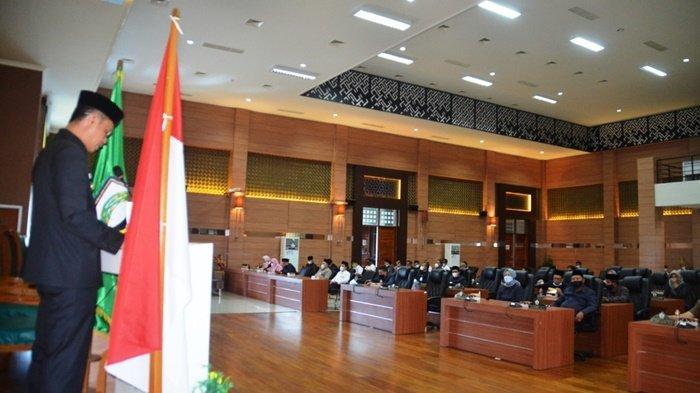 Suasana rapat paripurna di Gedung DPRD yang dihadiri Wakil Bupati Barito Kuala (Batola), H Rahmadian Noor, terkait rencana pemilihan kepala desa secara serentak, Rabu (3/3/2021).