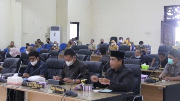 Anggota DPRD Hulu Sungai Tengah (HST) saat mengikuti Rapat Paripurna Pandangan umum fraksi-fraksi di DPRD HST, Selasa (28/9/2021).