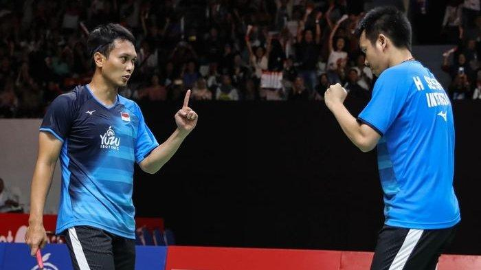 Pasangan ganda putra Indonesia, Mohammad Ahsan/Hendra Setiawan, bereaksi saat memenangi poin pada pertandingan melawan Lee Yang/Wang Chi-Lin pada perempat final Indonesia Masters 2020.