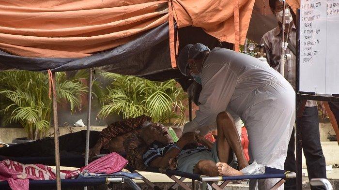 Pasien penderita virus corona Covid-19 dirawat di tenda di luar rumah sakit di Bekasi pada 14 Juli 2021.