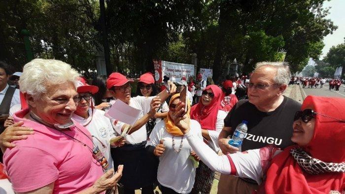 Tak Tahan Lihat Relawan Jokowi Berjoget, Dua Bule 'Uzur' Asal California Ini Pun Ikut Bergoyang