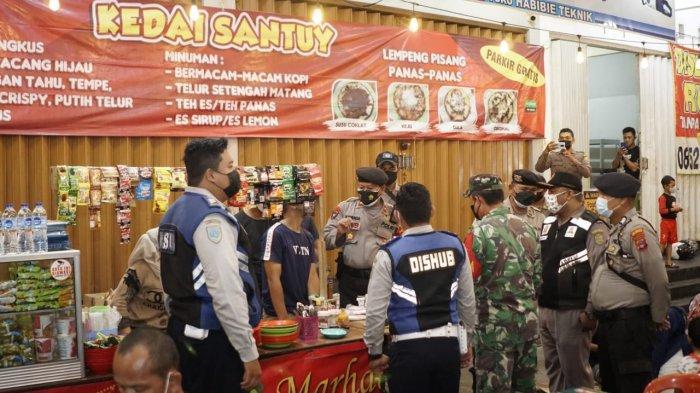 Patroli Gabungan di Kota Banjarmasin, Edukasi Prokes dan Beri Sembako ke Warga