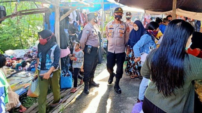Patroli Pasar Mingguan, Polsek Kapuas Barat Sampaikan Imbauan Kamtibmas kepada Warga