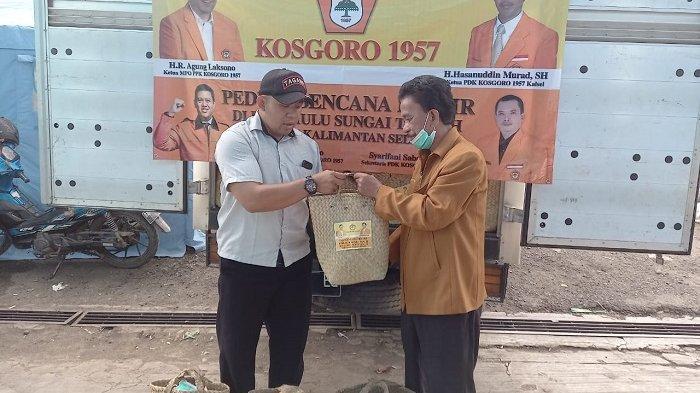 Salurkan Bantuan untuk Warga Terdampak Banjir Kalsel, PDK Kosgoro 1957 Kalsel Berikan Sembako